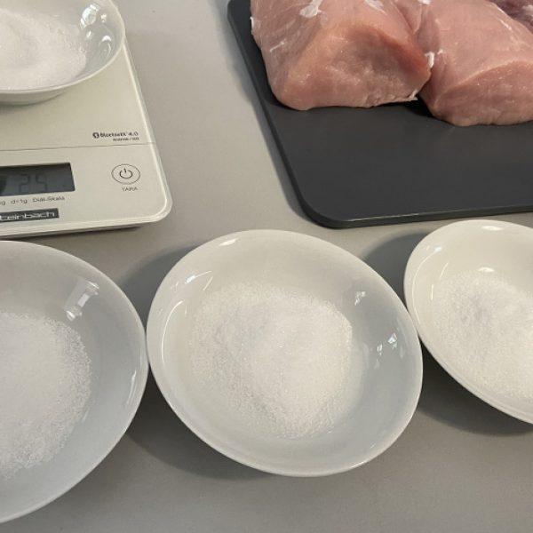 Das Fleisch wird abgewogen und die Salzmenge in ein Schälchen gefüllt