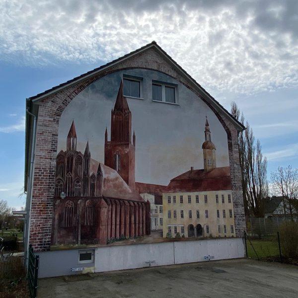 Ein Wandbild an einem Haus in der Jahnstraße zeigt das alte Neubrandenburger Rathaus