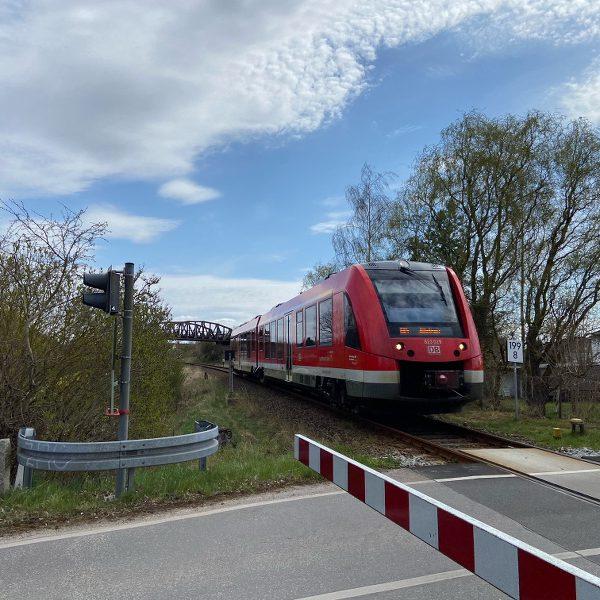 Ein Zug fährt Richtung Demmin