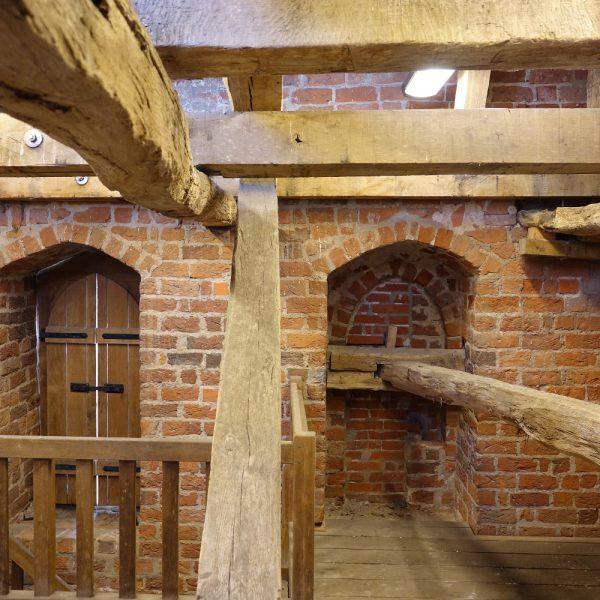 Neue und alte Balken im Stargarder Tor