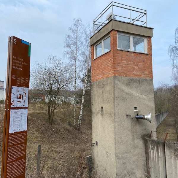 Wachturm mit Informationsstele