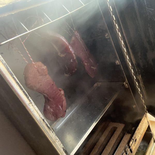 das Schinkenfleisch wird eingehangen_der Räuchervorgang beginnt